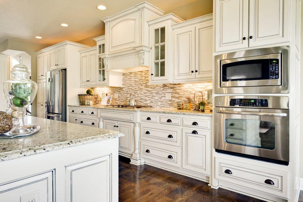 Белая мебель в интерьере кухни
