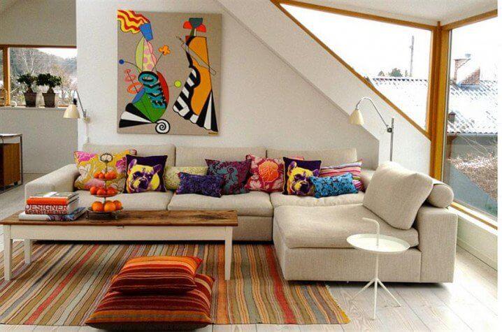 как украсить диван декоративными подушками