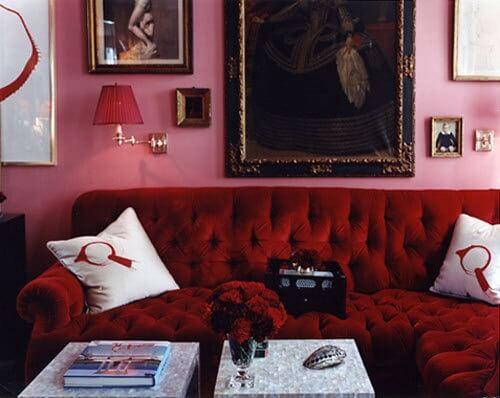 бархатный красный диван